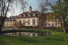 Bild des Kirchengebäudes von Königsfeld mit Garten