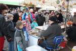 Großer Andrang herrscht am Stand von Glasbläser Detlef Greiner-Perth auf dem Königsfelder Weihnachtsmarkt.