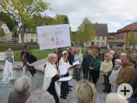 Nach einer gründlichen Planungszeit unter intensiver Bürgerbeteiligung wurde in den Jahren 2018 und 2019 der Zinzendorfplatz nach historischem Vorbild der Ursprungs- pläne der Herrnhuter Brüdergemeine aus den Jahr 1811 geplant, neu gestaltet und hergestel