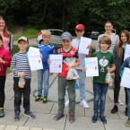 Die Kinder präsentieren stolz ihre Urkunden vom Minigolftunier. (Bild: Tourist-Info)
