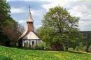 Bild der Nikolauskapelle, im Vordergrund Wiese