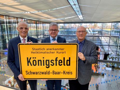 Das neue Ortsschild für den Kurort Königsfeld
