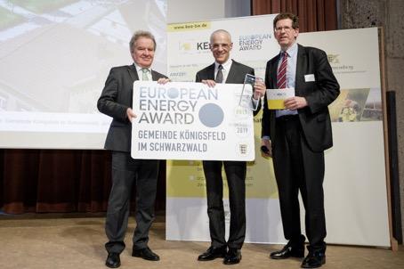 Im Rahmen der Auszeichnungsfeier überreichten Umweltminister Franz Untersteller MdL (links im Bild) und Dr. Volker Kienzlen, Geschäftsführer KEA Klimaschutz- und Energieagentur Baden-Württemberg (rechts im Bild), die Auszeichnung mit dem European Energy A